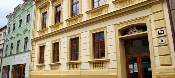 Hlavní budovaZámečnická 288/9 669 26 Znojmo Telefon: 515 224 346 E-mail: knihovna@knihovnazn.cz